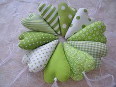 ....wunderschön als Tischdeko, Geschenkanhänger oder Gastgeschenk bei Taufe, Hochzeit, Konfirmation, Kommunion.  Diese 10 Deko-Herzen sind aus 10 verschiedenen Baumwollstoffen in grün/weiß genäht...
