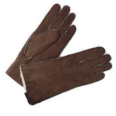 Gants pour femme en peau de mouton retournée brun de marque Glove Story. L'intérieur du gant est constitué de laine de mouton (Curly). Les coutures sont apparentes pour un magnifique effet peau brute. La finition est cousu main avec trois baguettes sur le dessus.
