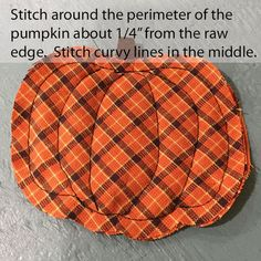 Doesnt everyone need a cute raggedy homespun plaid pumpkin coaster to sit that steamy mug of apple cider on? These little cuties can be whipped up in just an hour or so and will add a - Fall Rugs - Ideas of Fall Rugs Fall Sewing Projects, Sewing Projects For Beginners, Sewing Hacks, Sewing Tutorials, Sewing Tips, Fabric Crafts, Sewing Crafts, Coaster, Adornos Halloween
