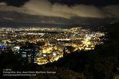Nada mejor que deleitar un buen vino bajo una noche estrellada y la espectacular vista panorámica de la capital de Bogotá. #LaCalera