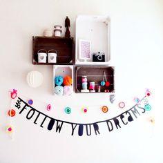 word-banner of letter-banner en kistjes aan de muur