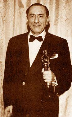 Ernst Lubitsch nasce a Berlino il 28 gennaio del 1892. La sua famiglia di origini ebraiche appartiene alla piccola borghesia: il padre è un ben avviato sarto per donna. Sin da piccolo Ernst manifesta la sua passione per la recitazione, ma il padre non è molto incline ad assecondare la vocazione artistica del figlio. Così Ernst di giorno lavora presso la bottega paterna e di sera recita a teatro:...