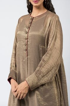 Good Earth brings you luxury design crafted by hand, inspired by nature and enchanted by history, celebrating India's rich history and culture through original, handcrafted products. Sleeves Designs For Dresses, Dress Neck Designs, Blouse Designs, Fancy Dress Design, Stylish Dress Designs, Simple Pakistani Dresses, Pakistani Dress Design, Pakistani Fashion Party Wear, Indian Fashion Dresses