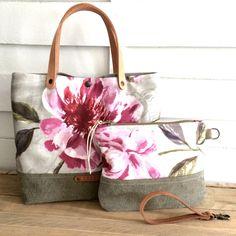 Sac & pochette entièrement façonné à la main L'ensemble Little Flowers est confectionné dans un duo de toiles de coton anglais et de tissu ...