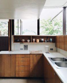 41 Stunning Modern Mid Century Kitchen Decor and Design Ideas Apartment Kitchen, Home Decor Kitchen, Home Decor Bedroom, Kitchen Interior, New Kitchen, Home Kitchens, Kitchen Ideas, 1970s Kitchen, Country Kitchen