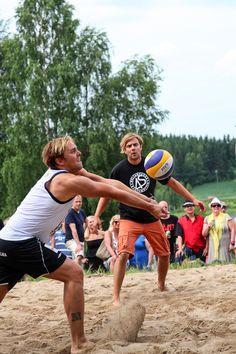 Iskelmän joukkue ja Neljänsuora pelasivat perinteisen lentopallo-ottelunsa Sumo, Wrestling, Sports, Lucha Libre, Hs Sports, Excercise, Sport, Exercise