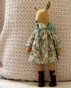 Sewing Animals Meet Miss Dandelion Doe! This little deer is entirely stitched by hand and made of wool-blend felt. She wears a (machine-stitched) mini dress made of the fine - Sewing Toys, Sewing Crafts, Sewing Projects, Softies, Sewing Stuffed Animals, Stuffed Toys, Softie Pattern, Wool Quilts, Little Presents