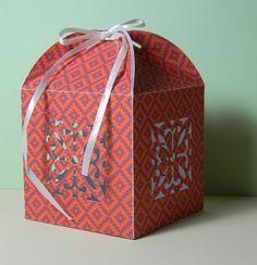 La Saint-Valentin approche, les petits emballages cadeaux faits maison peuvent donc s'avérer fort utiles ! Je vous propose donc ici de fabriquer une petite boîte toute simple grâce au gabarit fourni. Il vous suffira d'imprimer celui-ci sur du papier épais...