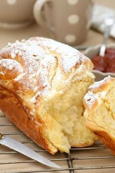 Russian brioche with thermomix. A treat this brioche, a good taste of butter, slightly sweet, a soft crumb to perfection. A simple recipe to make with the thermomix. Brioche Russe, Baking Recipes, Dessert Recipes, Cookie Recipes, Artisan Bread, Sweet Bread, Love Food, Baked Goods, Sweet Recipes