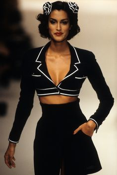 Chanel Spring 1995 Ready-to-Wear Collection - Vogue - black & white trimmed cropped jacket, black high-waisted front slit miniskirt Look Fashion, 90s Fashion, Couture Fashion, Runway Fashion, Fashion Outfits, Fashion 2020, High Fashion, Chanel Fashion Show, Versace Fashion