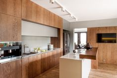Coraz modniejszym rozwiązaniem szafek kuchennych jest pełna zabudowa ścienna z wnęką roboczą. To pomysł idealny do wnętrz urządzonych w minimalistycznym stylu. Fot. ZAJC kuchnie, model Z5 kuchnia 028