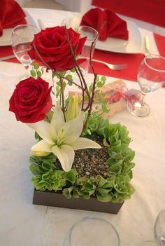 Resultado de imagen para centros de mesa para 15 años con rosas rojas #Arreglosfloralesparamesa