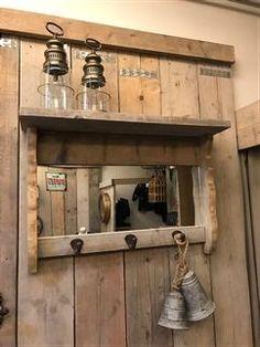 spiegel gemaakt van oud steigerhout met 3 boeren haken afm 80 breed 54 hoog *Oud steigerhout heeft als kenmerk dat ieder stuk uniek is. Een oneffenheid is juist wat het zo bijzonder maakt. Het kan dus zijn dat uw product er net iets anders ziet dan op de foto. www.zuzzenzowonen.nl