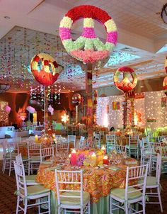 Groovy flower backdrop with retro seating 70 39 s party for Decoracion fiesta flower power