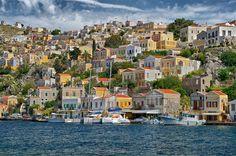 Symi es un destino fabuloso para aquellos que buscan la tranquilidad del mar Egeo y evitar bullicios en las #islas #griegas. Al ser una de las islas turísticas menos explotadas, lo que permite encontrar #playas en las que la tranquilidad es máxima.