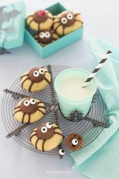 spider cookies biscotti_a_forma_di_ragno_ragnetti_halloween Halloween Themed Food, Halloween Baking, Halloween Desserts, Halloween Cookies, Halloween Treats, Bolacha Cookies, Spider Cookies, Biscotti Cookies, Food Humor