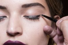 A closer look at the beauty we created yesterday for Marissa Webb: a sharp cat eye with silver detail and a bold, berry lip. Street Style Looks, Street Style Women, New York Fashion, Fashion News, Chic Summer Outfits, Berry Lips, Summer Fashion Trends, Beauty Bar, Maybelline