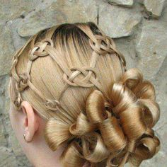 Looooove the knotwork! (Hate the fake, plastered curls, though.)