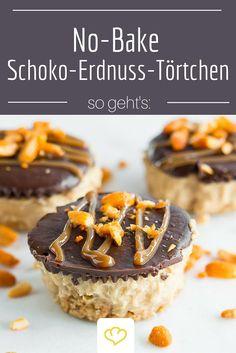 Knackige Schokolade, karamelliger Keksboden und dazwischen eine fluffige Creme aus Erdnussbutter und Frischkäse - diese kleinen Schokoladen-Erdnuss-Törtchen sind einfach traumhaft lecker. Und das Beste: der Ofen darf aus bleiben!