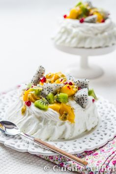 Pavlova Exotique ☼ Meringue Combava, Chantilly Coco & Fruits Exotiques - Cuisine Addict