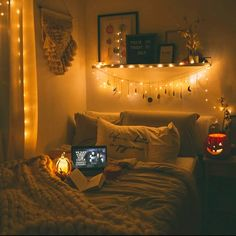 There are a lot of natural ways of decorating your bedroom. For example, you can use natural gifts like wonderful looking sea shells, glass, pine cones etc. Using these items can result in a brilliant texture to the bedroom decoration. Cute Room Decor, Teen Room Decor, Room Decor Bedroom, Bedroom Ideas, Bedroom Makeovers, Budget Bedroom, Diy Bedroom, Master Bedroom, Tumblr Rooms