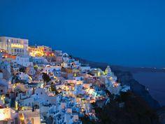 Visitar Santorini(Grecia)....simplemente espectacular,magníficas vistas y un pueblo con encanto.