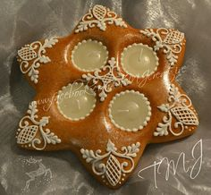 Star royal icing gingerbread christmas table decorarion./Csillag mézeskalács aszaldísz. Christmas Desserts, Christmas Cookies, Christmas Decorations, Christmas Gingerbread House, Gingerbread Cookies, Pastry Shop, Cookies Et Biscuits, Royal Icing, Cookie Decorating