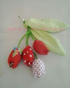 Chaveiro mini tulipas vermelho.