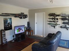 Cuarto de juego decorado con armas de videojuegos