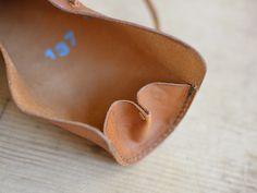ロールペンケース(GS-19)はクラシックな革紐留めの本革ペンケース「革鞄のHERZ公式通販」