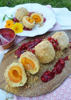 A must in the summer! Apricot dumplings with amarettine jerky and redcurrant sauce – Aprikosen und Pfirsiche – Rezepte – A must in the summer! Apricot dumplings with amarettine jerky and redcurrant sauce – Aprikosen und Pfirsiche – Rezepte – Easy Cheesecake Recipes, Dessert Recipes, Desserts, Cheesecake Cookies, Dumplings, Fudge Caramel, Different Recipes, Food Inspiration, Love Food