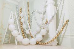 Фотозона с шарами на новый год   Бусы из шаров   Идеи для фотосессии   White gold balloons photoshoot christmas new year уму party ideas
