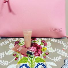 Buenas tardes!! Por la compra de 1 sérum antiedad Lierac, enviamos de regalo un neceser con dos mini tallas para completar el tratamiento. Elige el tuyo Hidragenist, Magnificence, Liftissime ó Premium 💕💕 #lierac #lieracparis #hydragenist #magnificence #liftissime #magnificence #premium #beauty #orlais #orlaisap #skincare #beautyblog 21st, Paris, Mini, Instagram Posts, Shopping, Good Afternoon, Cosmetic Bag, Gift