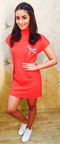 Alia Bhatt at 'Shaandaar' Promotions : Alia looked cute in a short dress with white sneakers and dragonfly brooch. Trendy Outfits, Cute Outfits, Fashion Outfits, Fashion Ideas, Bollywood Fashion, Bollywood Actress, Bollywood Stars, Aalia Bhatt, Alia Bhatt Cute