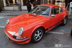 Edizione 2011: Porsche 911 Carrera RS riconoscibile per le strip adesive sulla fiancata ed i cerchi in lega in tinta con le strip. #porsche #carrera #auto #epoca #eleganza #passione #rosso
