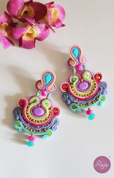 Jewelry designer, pieces hand-sewn in Italy di RejeJewelry Chandelier Earrings, Tassel Earrings, Boho Jewelry, Jewelry Design, Earrings Handmade, Handmade Jewelry, Soutache Necklace, Colorful Fashion, Beaded Embroidery