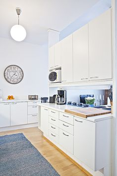 Kaupunkikoti Kajo in Mikkeli / kitchen. You can rent the flat! Beautiful Homes, Kitchen Cabinets, Flat, Canning, Home Decor, House Of Beauty, Bass, Decoration Home, Room Decor