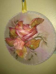 Rosa bordada en cinta. Hojas quemadas, pintura textil