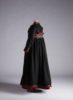 Forkle i svart ulldamask med kanting av rødt klede med sølvknipling og brosjert silkebånd med blomstermønster. Costumes Around The World, Quoi Porter, Folk Costume, Ethnic Fashion, Norway, Embroidery, Dresses, Vestidos, Ethnic Fashion Styles