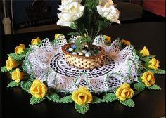 Linda toalha de centro de mesa, rodeada de rosas amarelas e folhas verdes. R$150,00