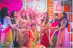 Ideas how to pose for pictures with friends the bride Wedding Photography Styles, Bridal Photography, Wedding Photography Inspiration, Photography Ideas, Wedding Inspiration, Photography Equipment, Style Inspiration, Pre Wedding Photoshoot, Wedding Poses