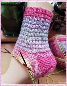 The double cap heel Double heels are simply heels with lifting loops / . - Knitting for beginners,Knitting patterns,Knitting projects,Knitting cowl,Knitting blanket Simply Crochet, Le Double, Baby Knitting Patterns, Knitting Socks, Baby Booties, Pulls, Knitting Projects, Arm Warmers, Stockings