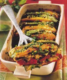 Il gratin di verdure è uno contorno sfizioso da preparare al forno in occasione di assolate giornate primaverili e ancor di più, estive.