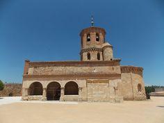 Preciosa iglesia románica de San Miguel construida en el siglo XII. Fue declarada Monumento Histórico Nacional en 1931.