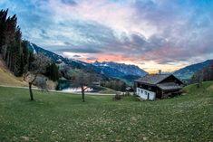 Eine für den Betrachter der Landschaft auffälligsten Merkmale der Montafoner Kulturlandschaft sind die Maisäße. Diese stellen die 2. Stufe der 3-Stufen-Landwirtschaft (Hemat, Maisäß, Alp) dar, auf welche das Vieh im Frühjahr aufgetrieben wurde. Die Maisäße werden als Erfindung häufig den Walsern zugeschrieben, wobei diese Erkenntnis aber nicht als gesichert gilt.   #Montafon #MeinMontafon Austria, Mountains, Nature, Travel, Agriculture, Inventions, Culture, Landscape, Naturaleza