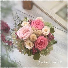優しい色合いの薔薇とグラデーション加工した紫陽花を使って、フレンチアンティークなシックで可愛いアレンジです。飾りやすいサイズのアレンジなので、場所を選ばず気軽に飾っていただけます。いつも優しい、ママに是非🌹材料・素材*プリザーブドフラワー*薔薇3種・ペッ...