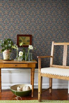 Boråstapeter is the largest brand for wallpaper in Sweden, Scandinavia. Colour Blocking Interior, Beacon House, Interior And Exterior, Interior Design, Eclectic Furniture, Inspirational Wallpapers, Home Wallpaper, Wallpaper Wallpapers, Cozy Room