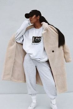 Cream Longline Brief Borg Coat Sisters Seekers Chill Outfits, Sporty Outfits, Mode Outfits, Trendy Outfits, Sporty Fashion, Sporty Chic, Fashion Women, Ski Fashion, Sweatpants Outfit