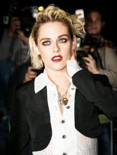 Kristen Steward at the 2016 Cannes Film Festival - Goth-meets-punk look complete with a kohl-rimmed eye and wine-stained lip. Kristen Stewart Hair, Kirsten Stewart, Smoking Celebrities, Hollywood Celebrities, Photoshop Celebrities, Punk Looks, Celebrities Before And After, Def Not, Fresh Hair