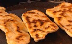 Naanbrood is eenvoudiger om te maak as wat jy sou dink. Dit kan warm of teen kamertemperatuur bedien word. My Recipes, Baking Recipes, Dessert Recipes, Bread Recipes, Recipies, Desserts, South African Recipes, Ethnic Recipes, Bread And Pastries